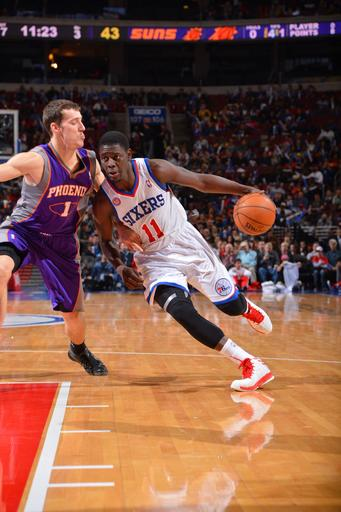 Holiday leads 76ers to 104-101 win over Suns