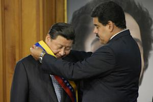 Nicolas Maduro (right) gives Xi Jinping a Venezuelan …