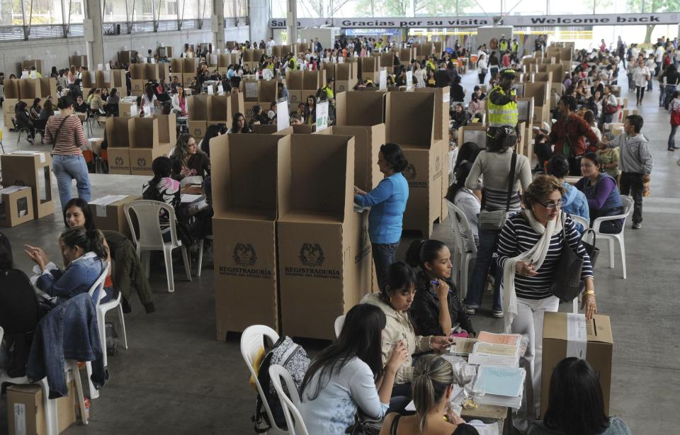 People vote during local and regional elections in Medellin, Colombia, Sunday, Oct. 30, 2011. Colombians went to the polls Sunday to choose mayors, state governors and local assemblies. (AP Photo/Luis Benavides)
