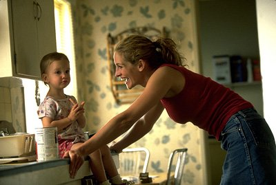Erin ( Julia Roberts ) takes care of her child in Universal's Erin Brockovich