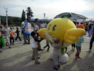 This handout picture taken by Fukushima prefectural government on October 14, 2012 shows children playing with a grinning bird mascot &quot;Kibitan&quot; in Fukushima, northern Japan. Children in Fukushima are getting fatter as outdoor activities have been cut in the area due to radiation fears after last year&#39;s nuclear disaster, a Japanese government report said Tuesday