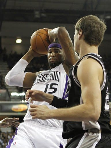 Splitter, Neal lead Spurs past Kings