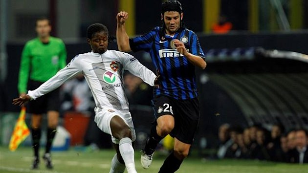 Inter Milan&#39;s Cristian Chivu (R) fights for the ball with CSKA Moscow&#39;s Sekou Oliseh during their Champions League Group B soccer match at the San Siro stadium