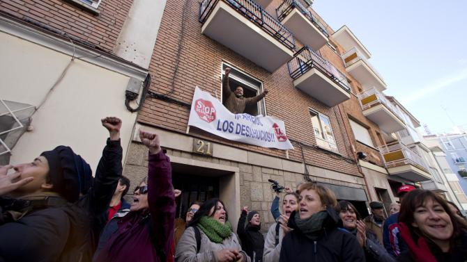 Spanish bank group agrees to halt evictions