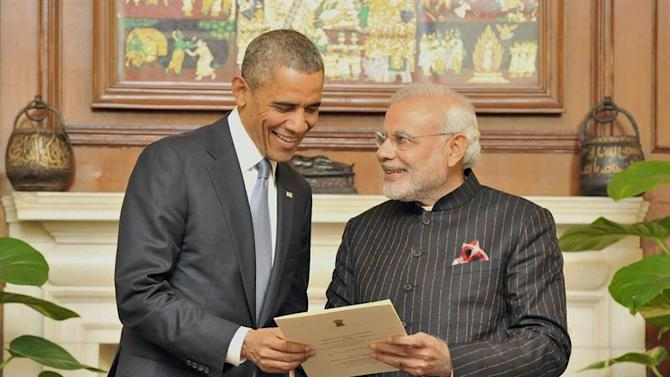GOI113. New Delhi (India), 25/01/2015.- A handout image provided by the Press Information Bureau (PIB) of the Government of India on 25 January 2015 of Indian Prime Minister Narendra Modi (R) presenting a reproduction of a telegram sent by the USA to the Indian Constituent Assembly in 1946 to US President Barack Obama (L) during their meeting in New Delhi, 25 January 2015. Obama is in New Delhi for a three-day visit to hold talks with Indian Prime Minister Narendra Modi and attend meetings with US and Indian business leaders. Obama also is the first US president to be a guest of honor at India's annual Republic Day parade, an occasion steeped with symbolism and indicative of a new energy in the relationship between the world's two largest democracies. (Estados Unidos) EFE/EPA/PRESS INFORMATION BUREAU/HANDOUT PRESS INFORMATION BUREAU, GOVERNMENT OF INDIA/HANDOUT EDITORIAL USE ONLY/NO SALES/NO ARCHIVES HANDOUT EDITORIAL USE ONLY/NO SALES/NO ARCHIVES