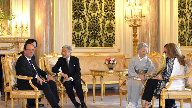 French President Francois Hollande, left, talks with Japan's Emperor Akihito as Hollande's companion Valerie Trierweiler, right, chats with Empress Michiko as they bid farewell at the Akasaka Palace state guesthouse in Tokyo Saturday, June 8, 2013. Hollande is currently on a three-day visit to Japan. (AP Photo/Yoshikazu Tsuno, Pool)