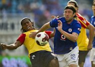 Hugo Pavone (D), de Cruz Azul, lucha por el baln con Joel Huiqui (I) del Morelia, durante un partido del Torneo de Apertura Mexicano en Ciudad de Mxico el 21 de julio de 2012. (AFP | Ronaldo Schemidt)