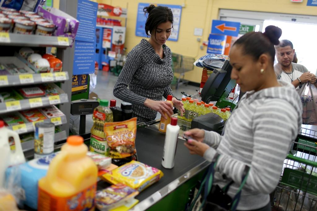 US incomes up in April but consumer spending sags