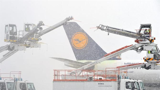 ADE021. Frankfurt/main (Germany), 27/12/2014.- An airplane of German carrier Lufthansa is deiced at the airport in Frankfurt/Main, Germany, 27 December 2014. Germany saw the onset of winter the same day with snowfall, forecasted to continue over the next days and cause slippery conditions. (Alemania) EFE/EPA/ARNE DEDERT