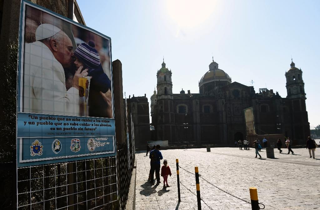 Mexicans to light pope's route with mobile phones