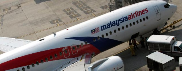 Ground staff prepare a Malaysian Airlines aircraft for take-off at Kuala Lumpur International Airport, on November 27, 2012 (AFP file photo/Saeed Khan)