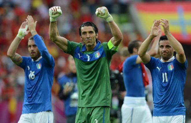 Italian goalkeeper Gianluigi Buffon (C), Italian forward Antonio Di Natale (R) and Italian midfielder Daniele De Rossi wave at the end of the Euro 2012 championships football match Spain vs Italy on June 10, 2012 at the Gdansk Arena.   AFP PHOTO / CHRISTOF STACHECHRISTOF STACHE/AFP/GettyImages
