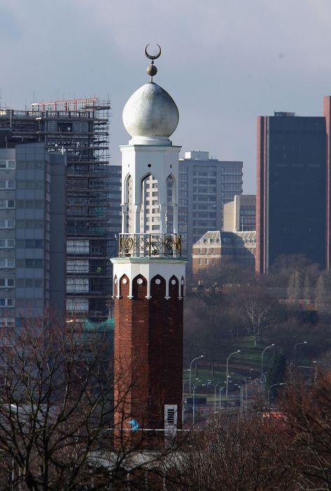 <p>BIRMINGHAM, UNITED KINGDOM: The minaret of the Central Mosque blends into the skyline of Birmingham City as Muslims arrive for Friday prayers. </p>