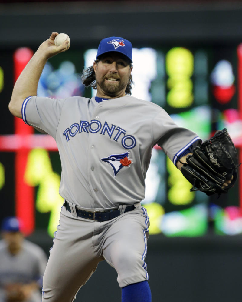 Dickey, Blue Jays hang on to beat Twins 6-5