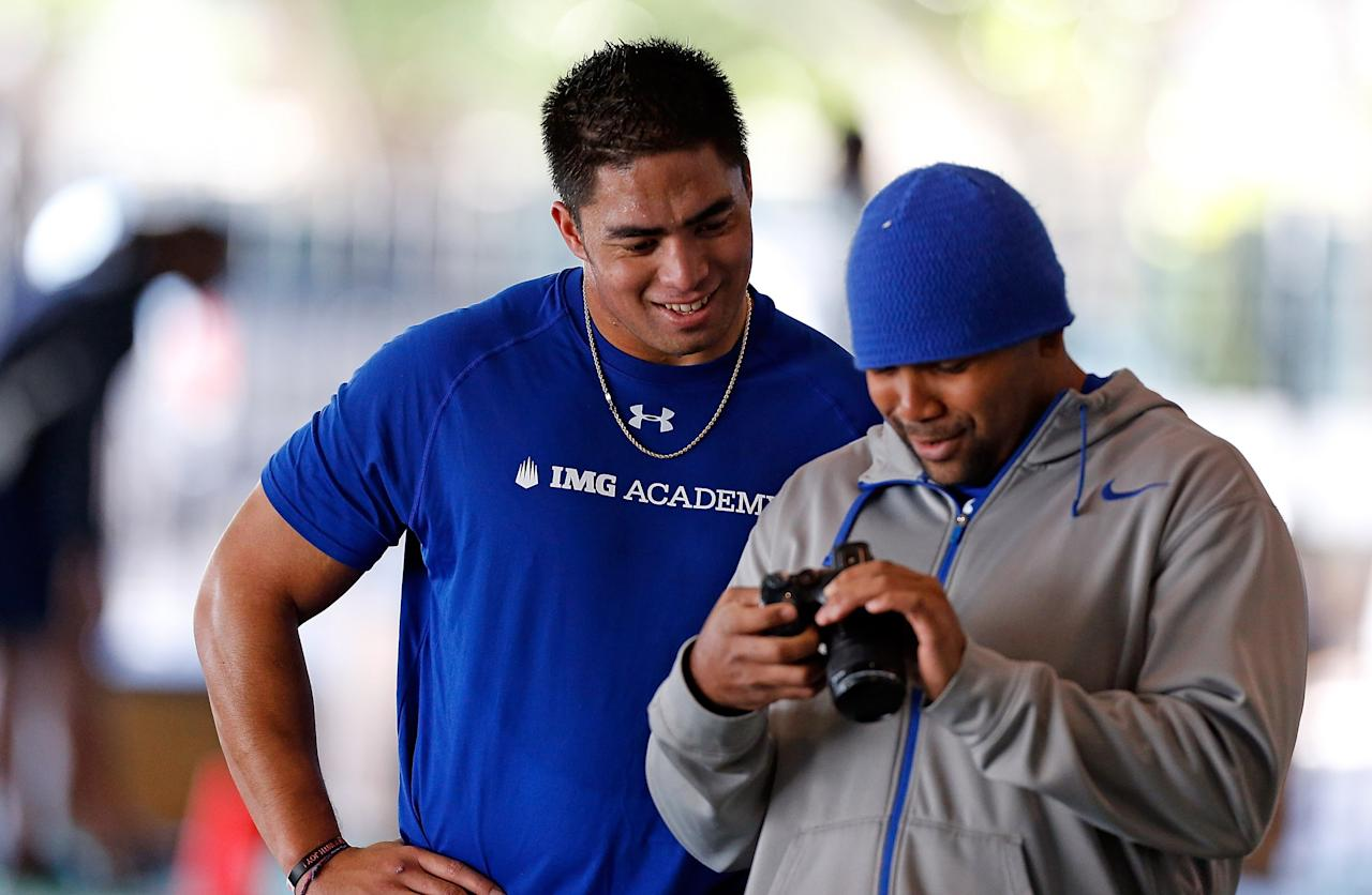 BRADENTON, FL - JANUARY 23:  Linebacker Manti Te'o (L) of the Notre Dame Fighting Irish works out at IMG Academy on January 23, 2013 in Bradenton, Florida.  (Photo by J. Meric/Getty Images)