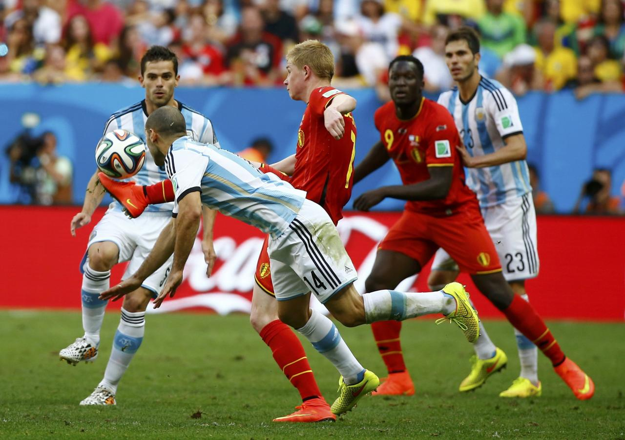 Argentina's Fernando Gago (L) and Javier Mascherano fight for the ball with Belgium's Kevin De Bruyne and Romelu Lukaku (R) during their 2014 World Cup quarter-finals at the Brasilia national stadium in Brasilia July 5, 2014. REUTERS/Damir Sagolj (BRAZIL - Tags: SOCCER SPORT WORLD CUP)