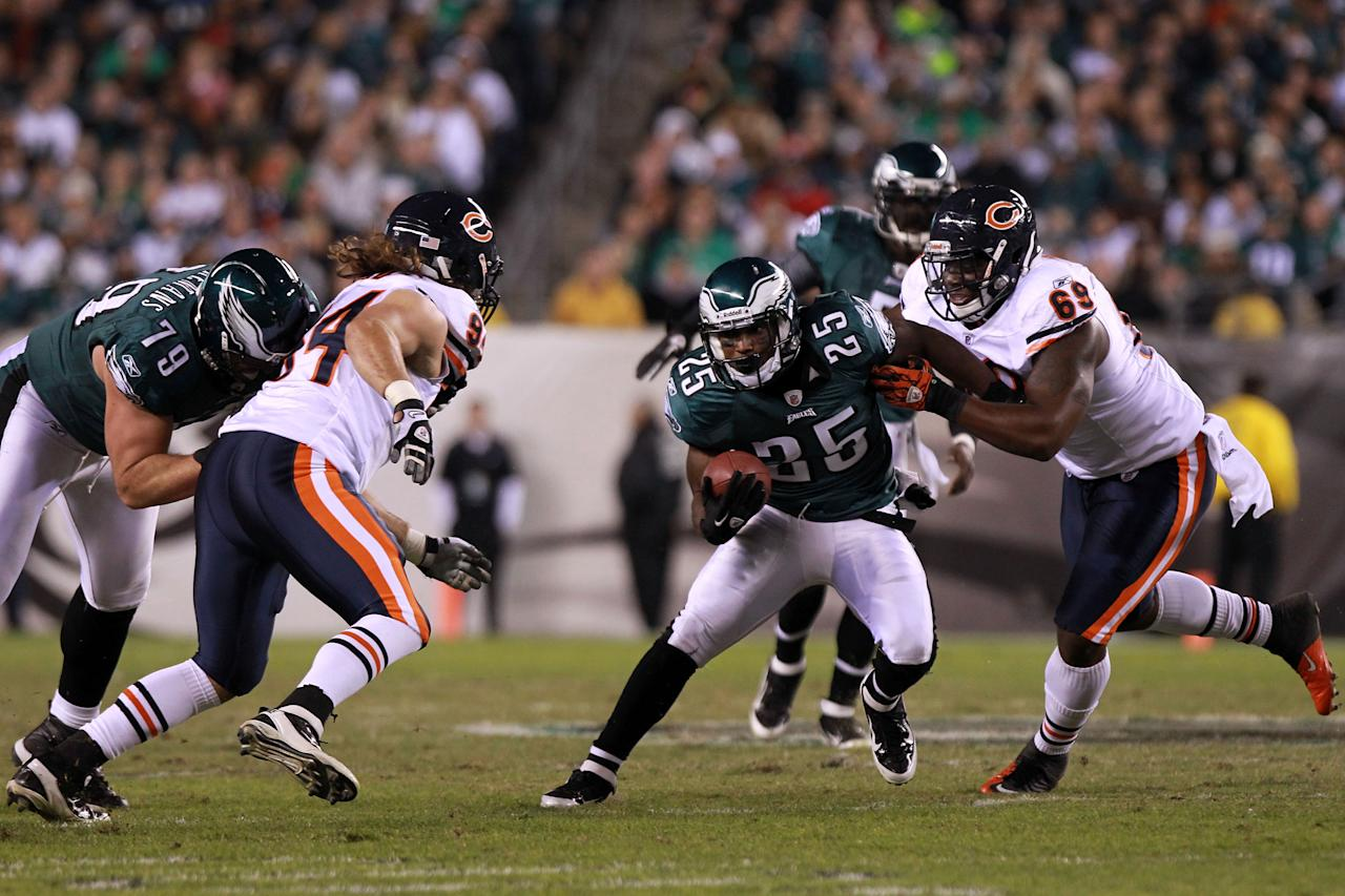 PHILADELPHIA, PA - NOVEMBER 07:  LeSean McCoy #25 of the Philadelphia Eagles tries to outrun being tackled by Henry Melton #69 and  Nick Reed #94 of the Chicago Bears during the first half of the game at Lincoln Financial Field on November 7, 2011 in Philadelphia, Pennsylvania.  (Photo by Nick Laham/Getty Images)