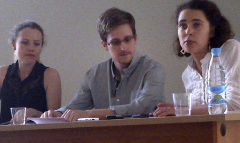 Snowden submits request for asylum in Russia