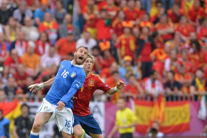 Italian midfielder Daniele De Rossi (L) vies with Spanish forward Fernando Torres during the Euro 2012 championships football match Spain vs Italy on June 10, 2012 at the Gdansk Arena.     AFP PHOTO/ GIUSEPPE CACACEGIUSEPPE CACACE/AFP/GettyImages