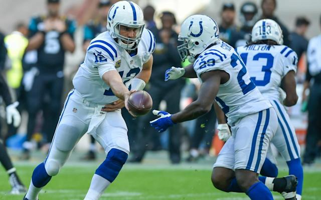 Vinatieri still kickin' it with 5 field goals in Colts' win
