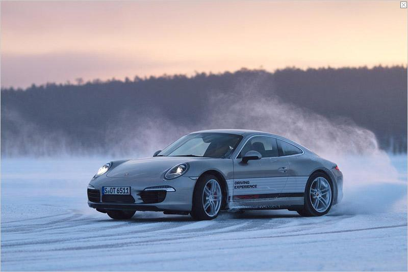 The 911 with all-wheel drive, in particular, is ideal for driving in winter. The Porsche Traction Management (PTM) translates the great driving-performance potential optimally in all weather conditions. Within a split second, the optimum power distribution between front and rear axle can be controlled via a multi-plate clutch. Depending on the driving situation, this means more driving stability, a more agile handling and outstanding traction even on slippery road surfaces.