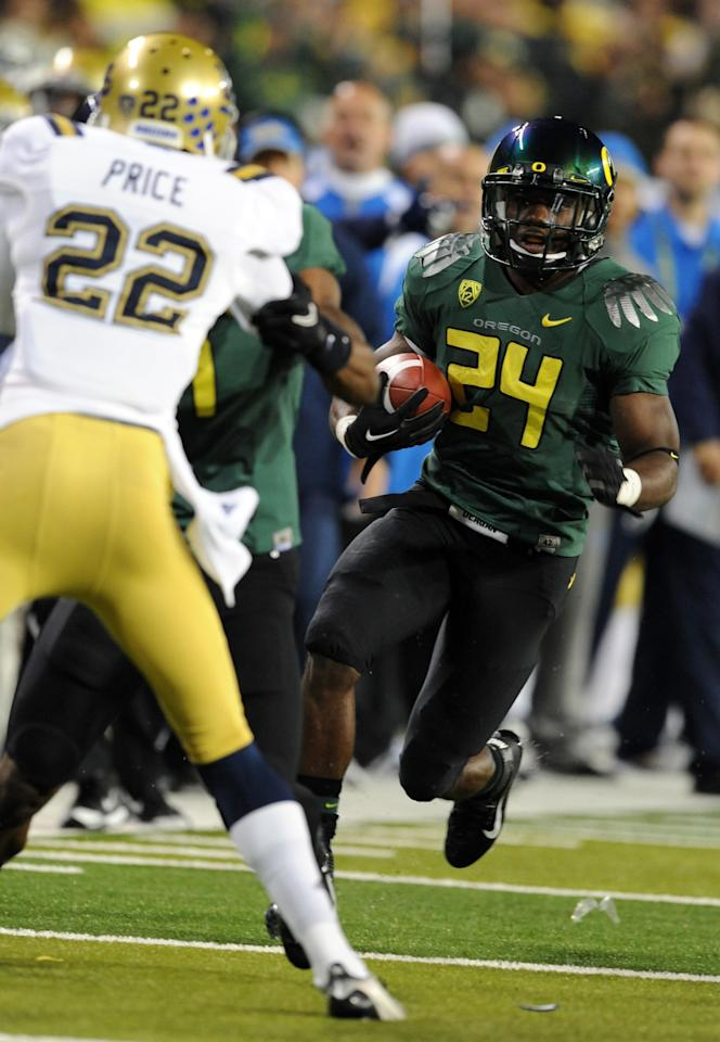 EUGENE, OR - DECEMBER 02 : Running back Kenjon Barner #24 of the Oregon Ducks heads down the sidelines as he runs with the ball in the first quarter of the Pac-12 Championship game against  the UCLA Bruins at Autzen Stadium on December 2, 2011 in Eugene, Oregon. (Photo by Steve Dykes/Getty Images)