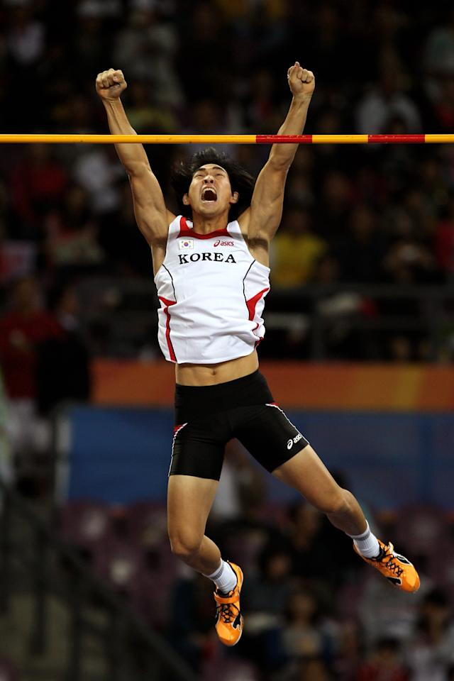 GUANGZHOU, CHINA - NOVEMBER 22:  Yoo Suk Kim of South Korea competes in the Men's Pole Vault final at Aoti Main Stadium during day ten of the 16th Asian Games Guangzhou 2010 on November 22, 2010 in Guangzhou, China.  (Photo by Mark Dadswell/Getty Images)