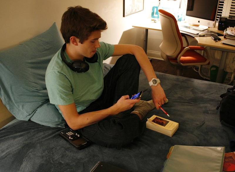 Report: More youth use smartphones as route to Web