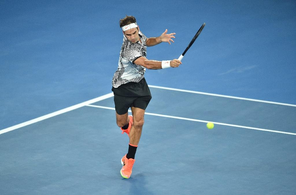 Roger Federer of Switzerland hits a return against Rafael Nadal of Spain during the men's singles final during the Australian Open tennis tournament January 29, 2017 (AFP Photo/PETER PARKS)