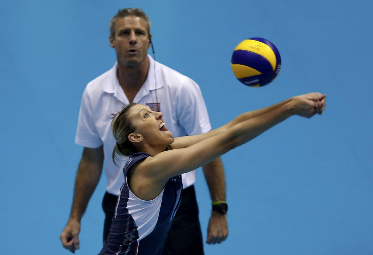 Jordan Quinn Larson Burbach of the U.S. receives the ball to save a point against Dominican Republic in front of her team coach Karch Kiraly during their FIVB Women's Volleyball Grand Champions Cup 2013 in Tokyo November 17, 2013. REUTERS/Toru Hanai (JAPAN - Tags: SPORT VOLLEYBALL)