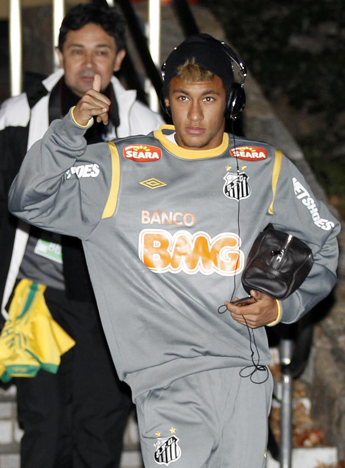 Brazil's Santos FC forward Neymar gestures to fans as the team arrives at a stadium for a training session in Nagoya, central Japan, Saturday, Dec. 10, 2011, ahead of their Dec. 14, semifinal at the FIFA Club World Cup. (AP Photo/Shuji Kajiyama)