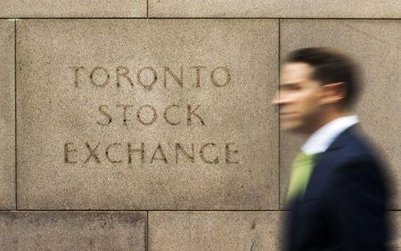 Canadian stock market falls on U.S. political scandals