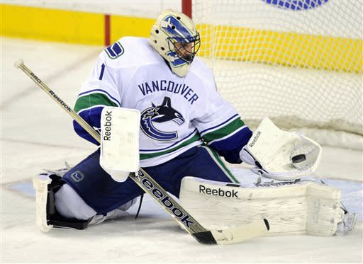 Luongo leads Canucks past Flames, 4-1