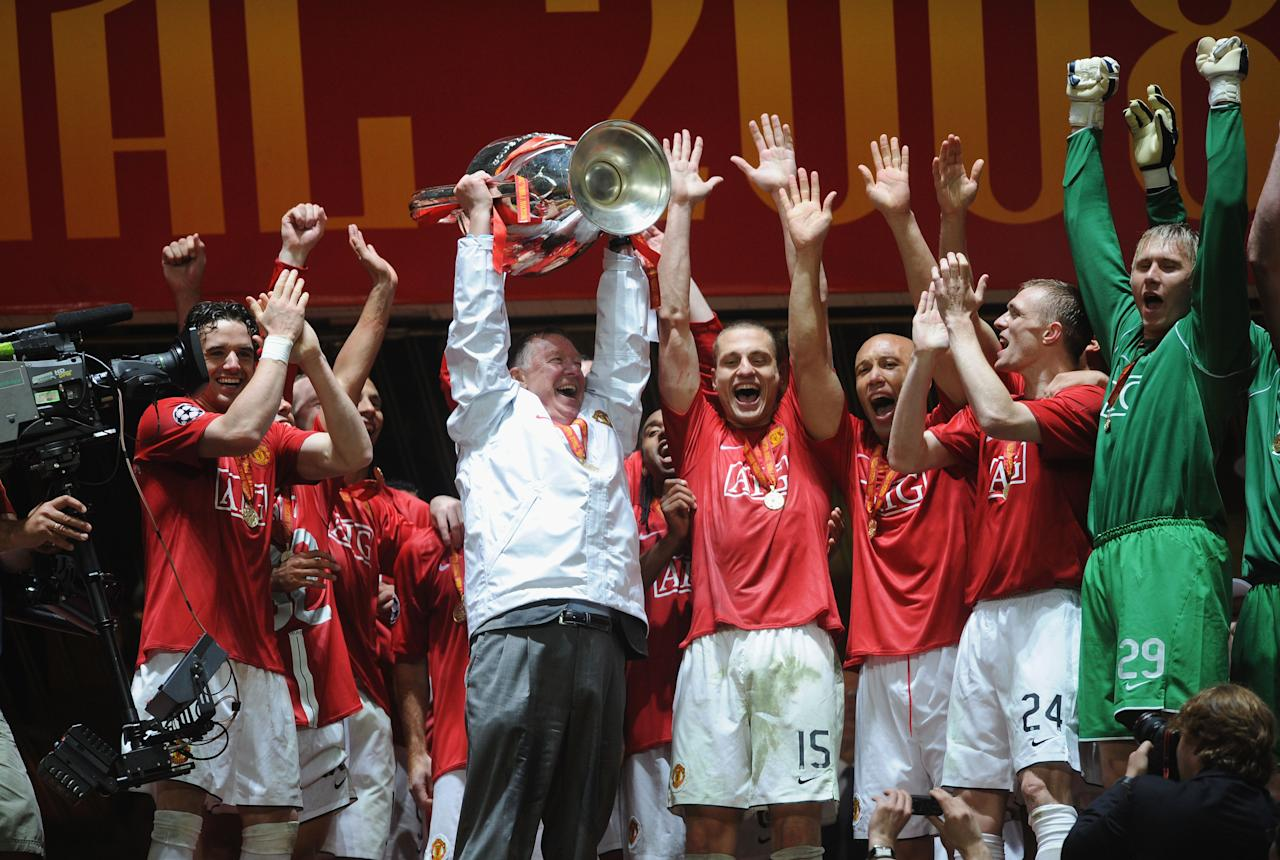 MOSCOW - MAY 21:  Sir Alex Ferguson, the Manchester United manager and his team celebrate with the trophy following their victory during the UEFA Champions League Final match between Manchester United and Chelsea at the Luzhniki Stadium on May 21, 2008 in Moscow, Russia.  (Photo by Shaun Botterill/Getty Images)