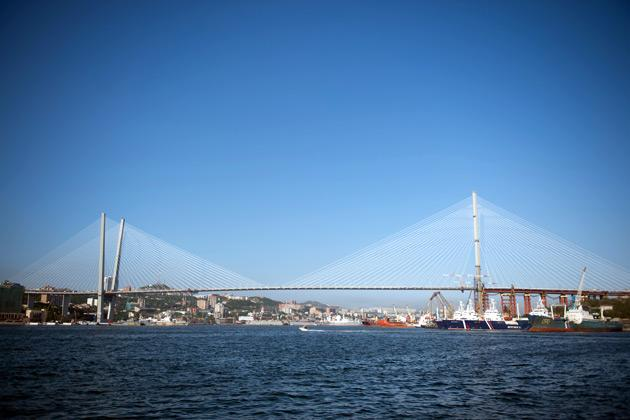 General view taken on June 26, 2012 show the cable-stayed Golden Horn bridge over the Golden Horn bay in Vladivostok. French company Freyssinet, a subsidiary of VINCI, world leader in prestressing and cable staysdesigned, supplied and installed 192 stay cables for the 1389m lenght Golden Horn Bridge. AFP PHOTO MARTIN BUREAU