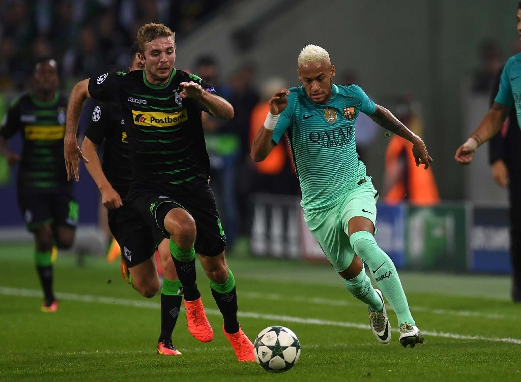 Moenchengladbach's midfielder Christoph Kramer (L) and Barcelona's forward Neymar vie for the ball during the UEFA Champions League first-leg group C football match between Borussia Moenchengladbach and FC Barcelona (AFP Photo/PAtrik Stollarz)
