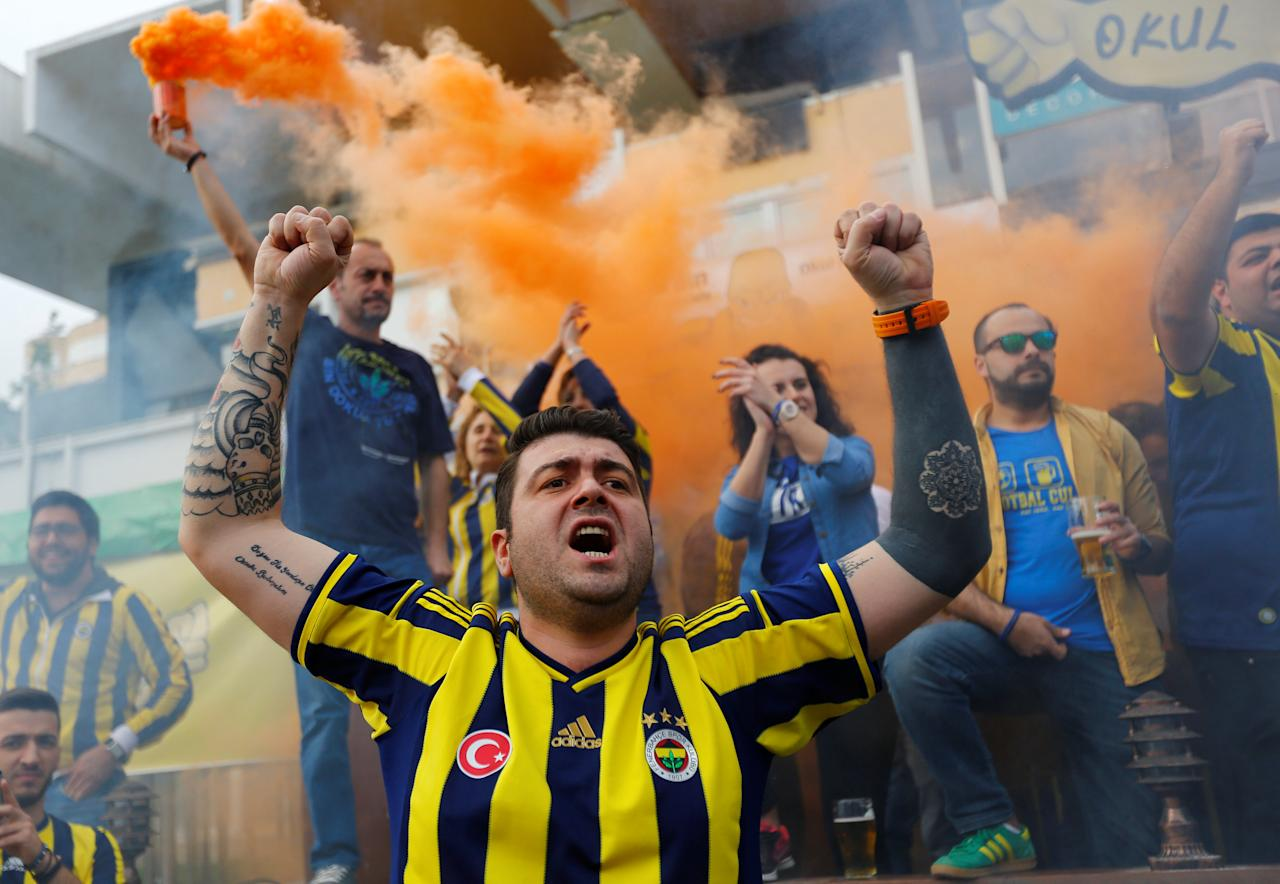 Fenerbahce fans shout slogans to support anti-government demonstrators during a protest in Kadikoy district of Istanbul, Turkey, April 23, 2017. REUTERS/Murad Sezer     TPX IMAGES OF THE DAY