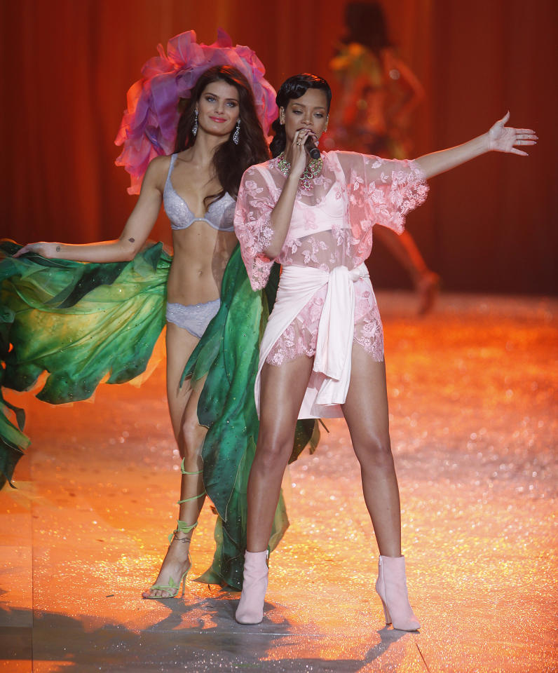 Singer Rihanna (R) performs as a model presents a creation during the Victoria's Secret Fashion Show in New York November 7, 2012. REUTERS/Carlo Allegri  (UNITED STATES - Tags: ENTERTAINMENT SOCIETY FASHION)