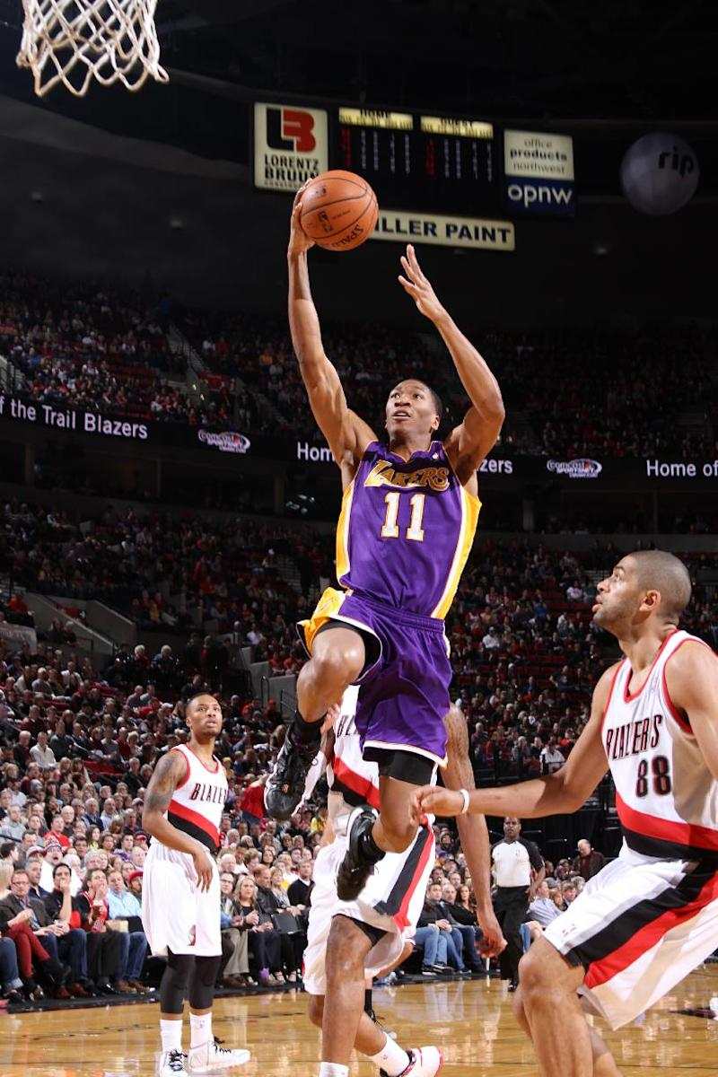 Lakers hold off Blazers 107-106
