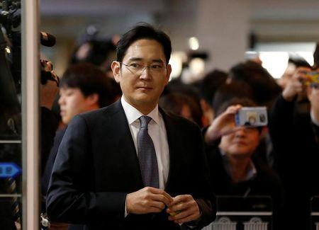 South Korea prosecutor seeks arrest of Samsung chief for bribery