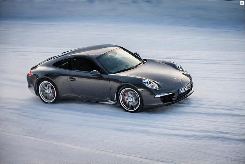 Cabriolets accounted for 42% of the 911 sports cars delivered in 2012. No wonder: Even in cold temperatures, the driver of a 911 Carrera Cabriolet enjoys a climate comfort coming closer to that of a coupé than ever before. Thus, for instance, the external material is lined in its entirety by an insulating mat. The lateral parts are also completely covered with material so no technical components are visible any more when the top is closed.