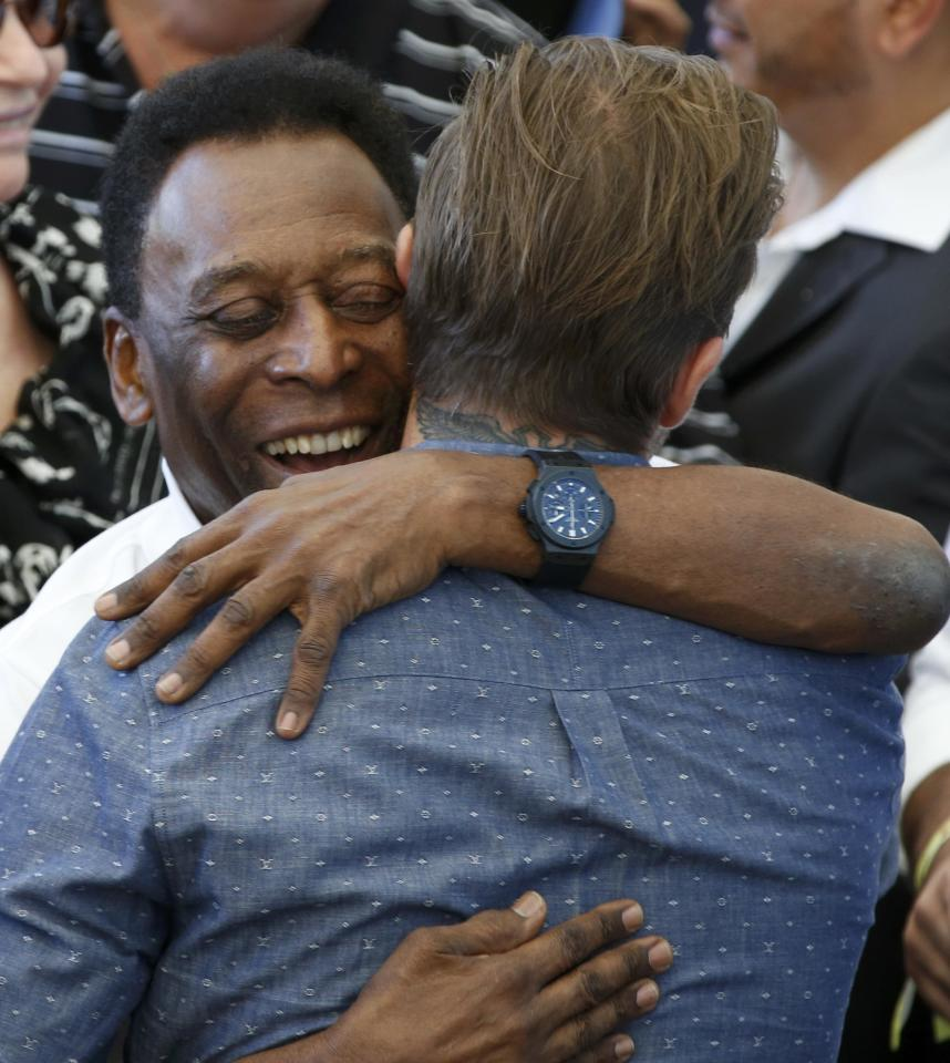 Brazil's soccer legend Pele (rear) hugs former England soccer captain David Beckham during the 2014 World Cup closing ceremony at the Maracana stadium in Rio de Janeiro July 13, 2014.   REUTERS/Paulo Whitaker (BRAZIL - Tags: WORLD CUP SPORT SOCCER SOCIETY ENTERTAINMENT)
