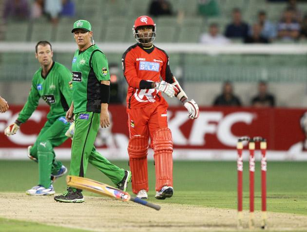 MELBOURNE, AUSTRALIA - JANUARY 06:  Marlon Samuels (R) of the Melbourne Renegades throws his bat in front of Shane Warne of the Melbourne Stars in a heated exchange with during the Big Bash League match between the Melbourne Stars and the Melbourne Renegades at Melbourne Cricket Ground on January 6, 2013 in Melbourne, Australia.  (Photo by Michael Dodge/Getty Images)