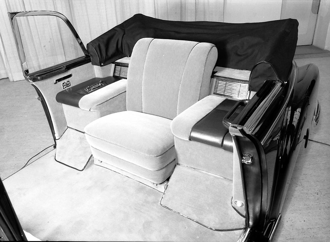 Modern times: The pope's chair in the Mercedes-Benz 300 d was surrounded with controls for air conditioning, two-way radio and other functions.