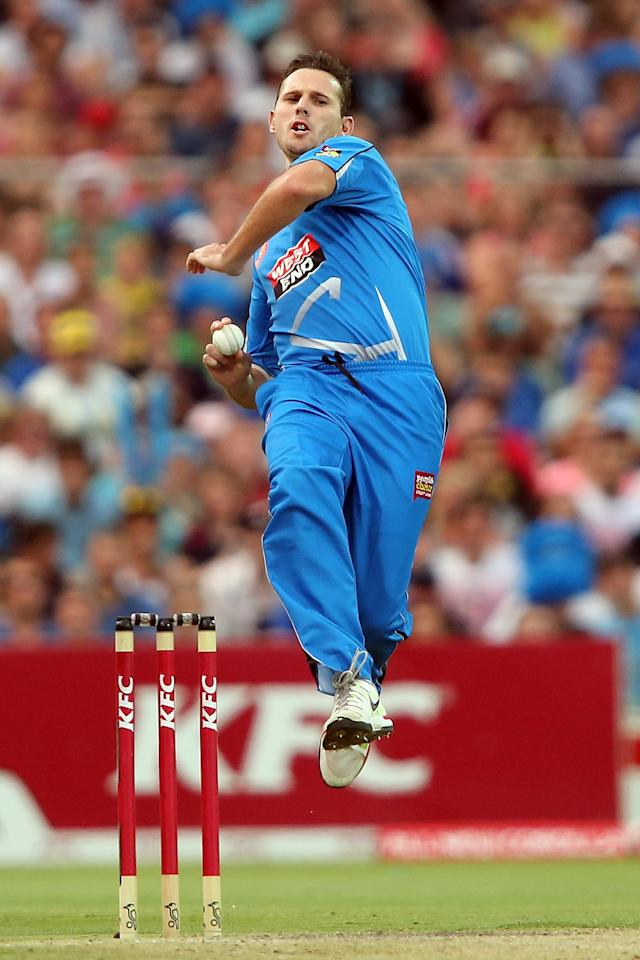 ADELAIDE, AUSTRALIA - DECEMBER 23: Shaun Tait of the Strikers bowls during the Big Bash League match between the Adelaide Strikers and the Sydney Sixers at Adelaide Oval on December 23, 2012 in Adelaide, Australia.  (Photo by Morne de Klerk/Getty Images)