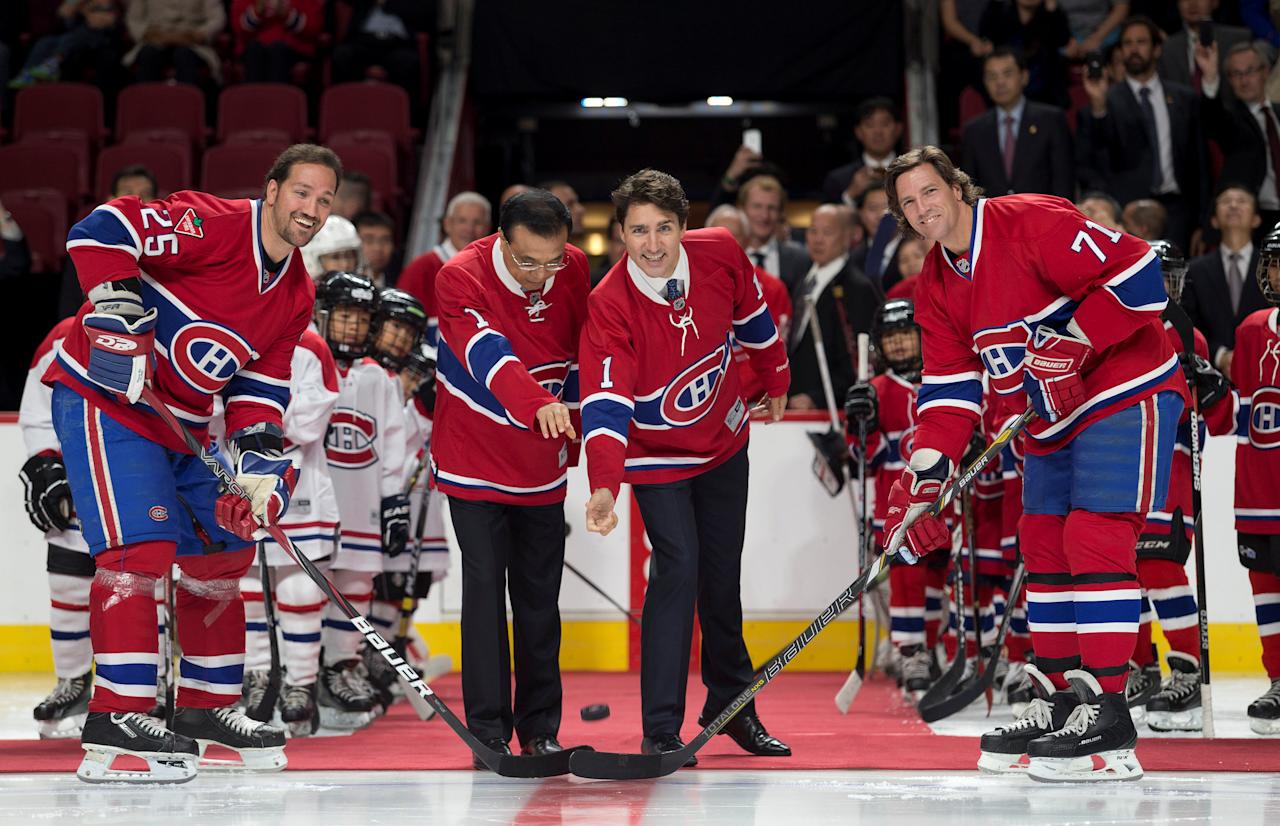 Canada's Prime Minister Justin Trudeau and Chinese Premier Li Keqiang drop the puck for a ceremonial face off with Montreal Canadiens NHL hockey players at the Bell Centre in Montreal, Canada September 23, 2016. REUTERS/Christinne Muschi