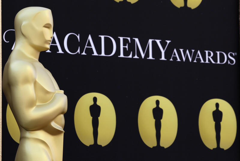 On Twitter, a peanut gallery mocks the Oscars