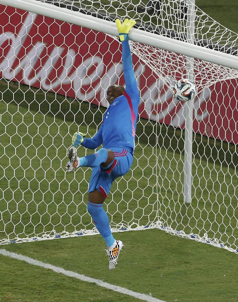 Nigeria's goalkeeper Vincent Enyeama jumps to make a save, as the ball land on the net, during the 2014 World Cup Group F soccer match between Nigeria and Bosnia at the Pantanal arena in Cuiaba June 21, 2014. REUTERS/Suhaib Salem (BRAZIL - Tags: SOCCER SPORT WORLD CUP)