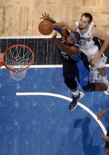 Nowitzki jumper leads Mavericks past Magic, 100-98