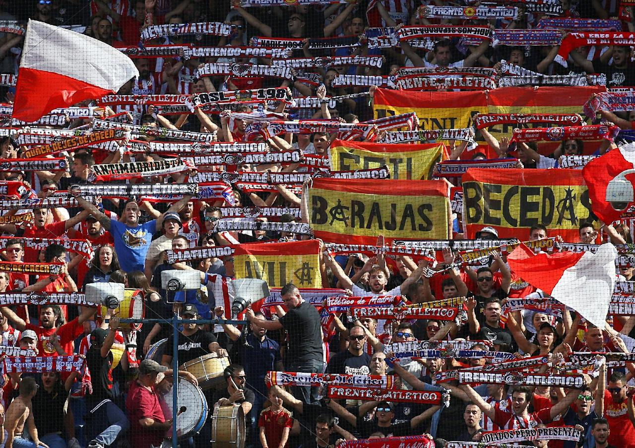 Football Soccer - Spanish Liga Santander - Atletico Madrid v Deportivo Coruna- Vicente Calderon stadium, Madrid, Spain 25/09/16. Atletico Madrid supporters cheer. REUTERS/Andrea Comas